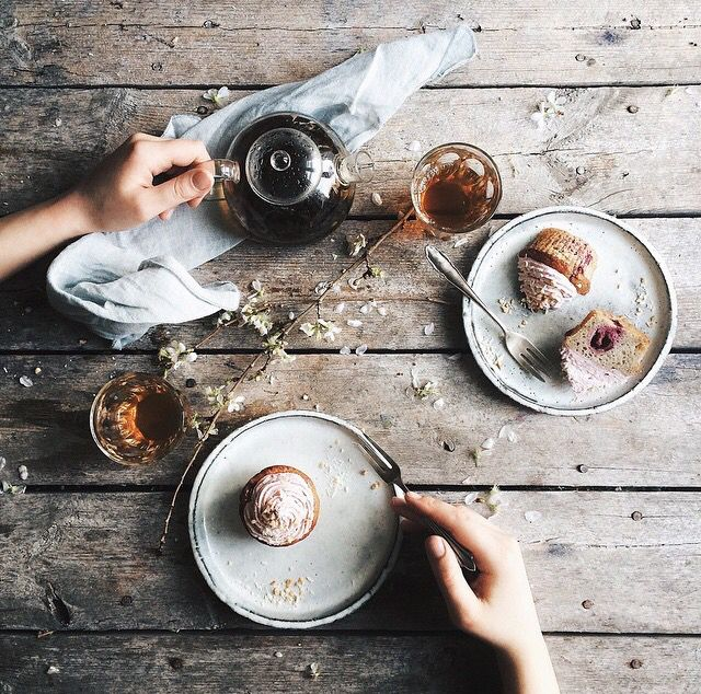 Food photography / tea / flowers / napkin / muffin