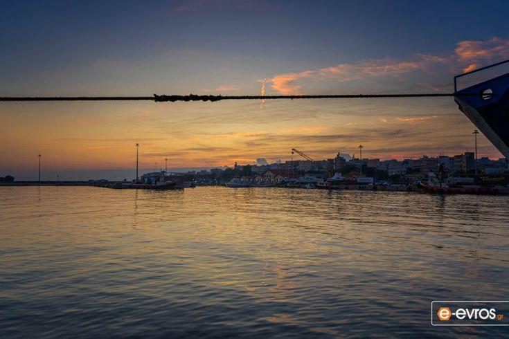 Στο λιμάνι της Αλεξανδρούπολης με φόντο την όμορφη πόλη.