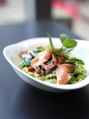 Mit frischer Pasta und Räucherlachs zaubern wir dieses tolle Gericht: Pasta salmone del sole