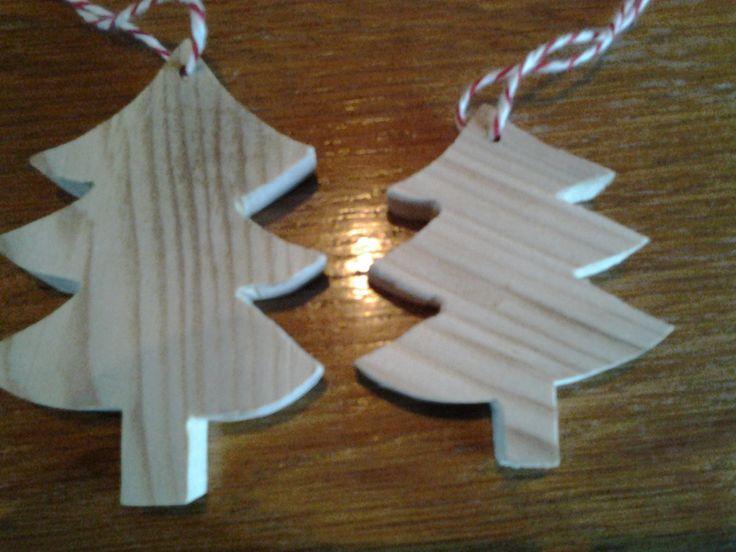 Hanger voor in de boom. Kerstbomen 12,5x9cm en 8x6cm. Vurenhout.