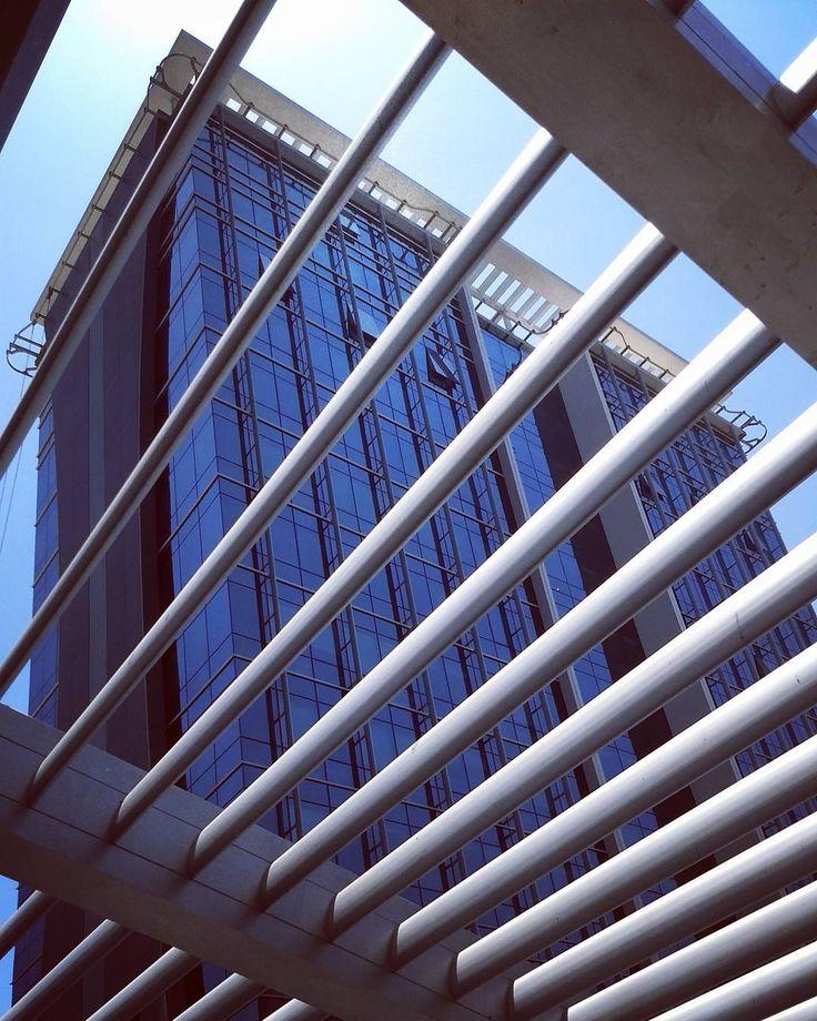 #ileshshah #www.ileshshah.com #ileshshahphotography  #architecturelovers #cityscape #modern #design #archdaily #officebuildings #archimasters #harmonyoflight #sky_high_architecture #architecturephotography #architexture #lookingup #composition #perspective #minimal #skyscraper #cities #street #lines #beautiful #creative_architecture