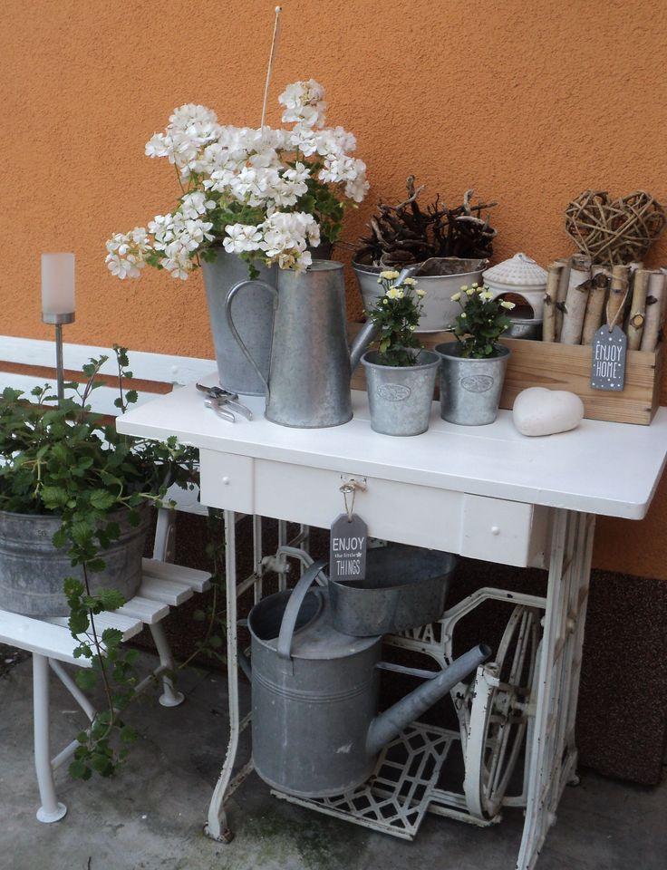 Šicí stroj jako stolek na květiny a dekorace
