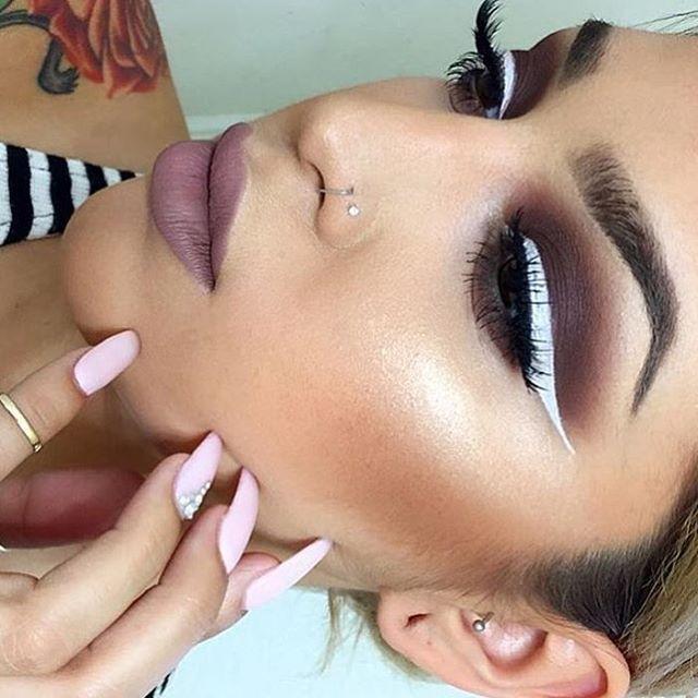LIPS: @doseofcolors in Desert suede EYES: @nyxcosmetics white liquid eyeliner LASHES: @lashesbylena in Naomi GLOW: @anastasiabeverlyhills #glowkit topped with starlight illuminator ✨ #anastasiabeverlyhills #abh #abhbrows #abhilluminator #nyxcosmetics #youtried #hihater