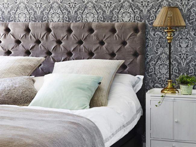 Lyxig hotellstil. Skapa hotellkänsla med lugna färger, vadderad gavel, tjock matta och många kuddar.
