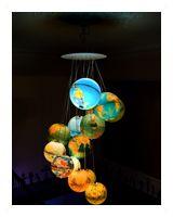 Benoît Vieubled -- Mappemondes  «terre à l'endroit, terre à l'envers»  15 mappemondes, 15 lampes de 15-25w  Patine platine feuille d'argent  Hauteur de 200cm et Diametre 60cm