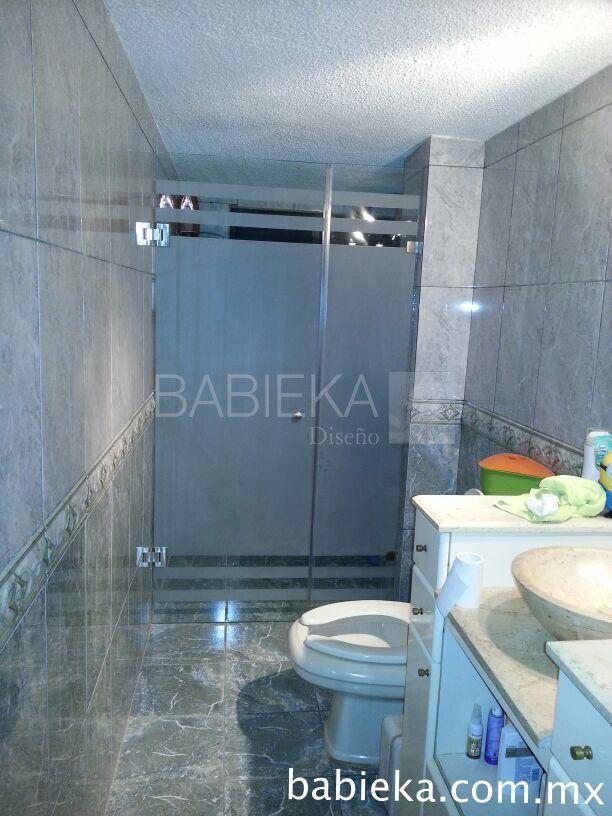 Cancel de baño con diseño esmerilado.  www.babieka.com.mx