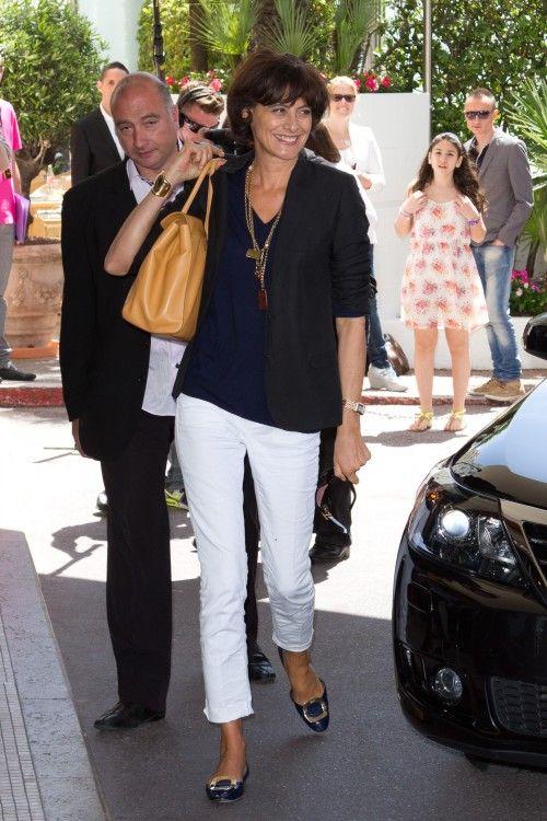 Classic Ines de la Fressange look: navy top, white jeans, Roger Vivier flats, nude bag, chic accessories