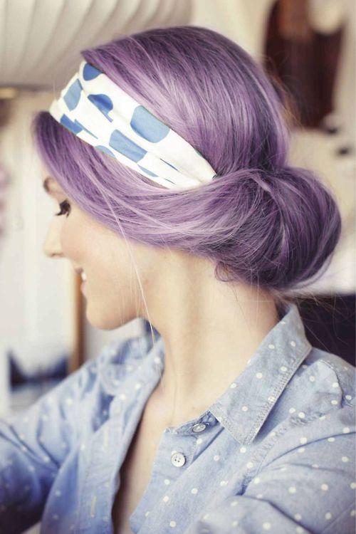 Chica con el cabello morado recogido en un chongo