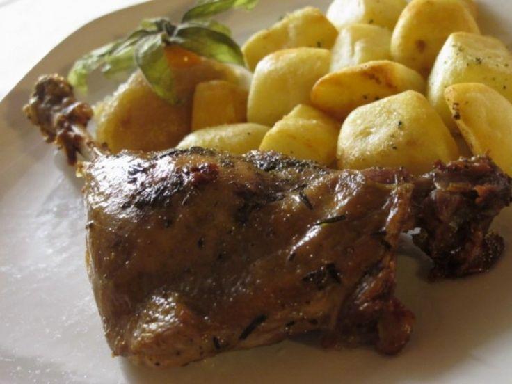 Coscia d'oca confit con patate e composta di mele renette ricetta