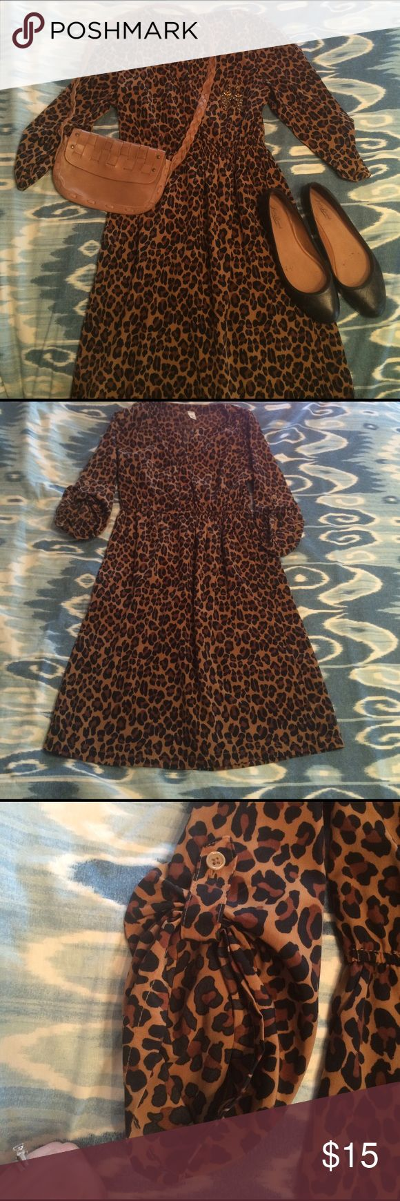 Old Navy Leopard Print Shirt Dress EUC EUC leopard print shirt dress. Elastic waist. V neck neckline, button details on the sleeves and POCKETS!!!! Old Navy Dresses Midi