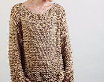 Este hermoso suéter de gran tamaño características estilo simple con mangas ajustadas que lo hace con estilo y tendencia. Se hace del hilo de algodón 100% ecológico en un hermoso color Mocha. ¡No pica en absoluto! Es un artículo perfecto para otoño e invierno que se puede acodar con túnica o camisa.  Tamaño: un tamaño cabido la mayoría.  Lavado a mano solamente y endecha plana para secar.  Tengo otros colores de este poncho. Pls. controlar mi tienda para más detalles: http://www.ets...