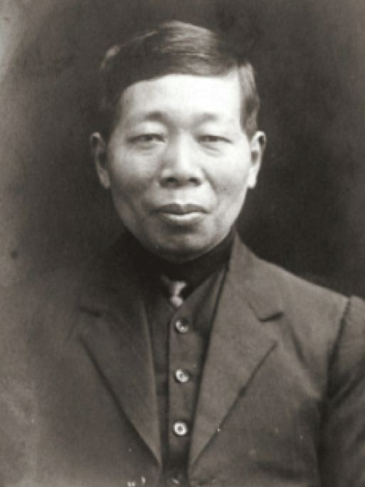 Que O'Hoy was born in China's Guangdong Province, son of Bendigo storekeeper Louey O'Hoy. Que joined his father in Bendigo in 1894, and within ten years had taken over the Bridge Street store Sun Ack Goon, which he continued to run until his death in 1964. In 1960 Que O'Hoy was able to became an Australian citizen, as restrictions of the White Australia Policy which had brought so much uncertainty into his family's lives, eased.