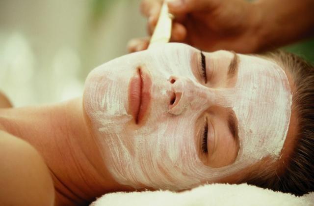Karbonatı yağla karıştırın!Peeling: Ünlü oyuncu Emma Stone gibi siz de karbonatı her gün yüz yıkama rutininize dahil edebilirsiniz. Yüz yıkama jelinizle karıştırıp yıkayın. Hafif soyucu özelliğiyle ölü derilerden arındıracaktır.