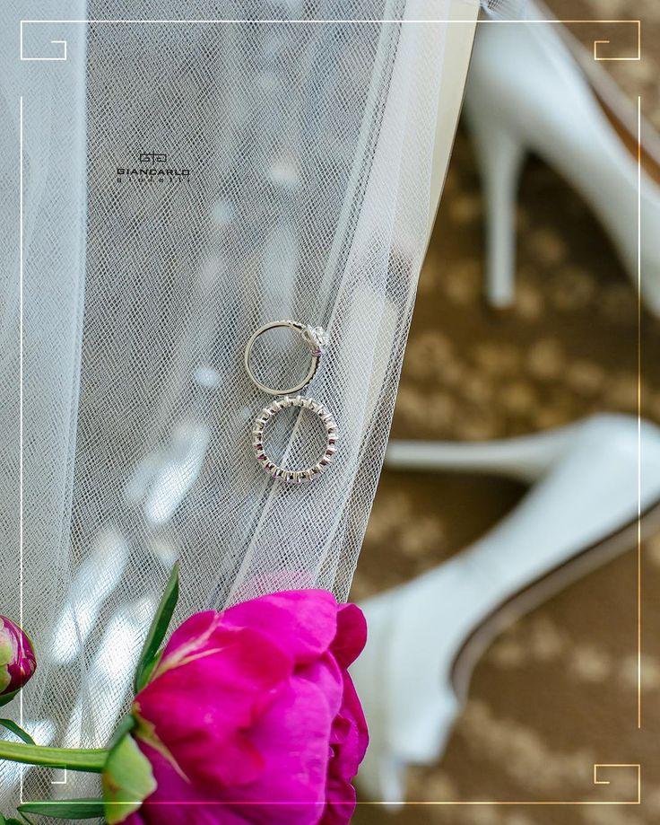 Если вы хотите завоевать и навсегда покорить сердце вашей избранницы наденьте ей на палец помолвочное кольцо!  Будьте уверены что после такого подарка ее сердце будет принадлежать вам навеки!  Кольцо #Damiani (сверху) Белое золото вес- 26 гр проба - 750 Желтый бриллиант 102 карат /1шт. Белые бриллианты 030 карат / 30 шт.  Кольцо #Giancarlogioielli  Белое золото вес- 53 гр проба - 750 Белые бриллианты 21 карат  #jewellery #giancarlogioielli #earrings #ring #diamond #beauty #women #vscogood…