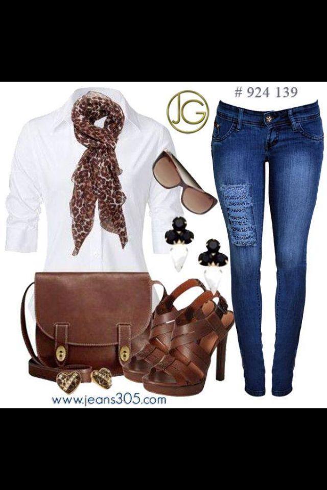 Jeans, blusa blanca accesorios cafés.