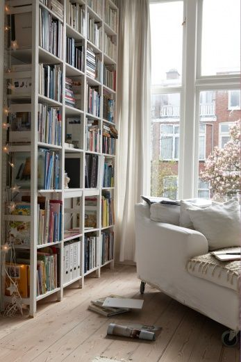 Smart, minimal and total white this beautiful reading corner made by Paula and Arthur from L'Aia. #readingnook #readingcorner #homedecor #design #white