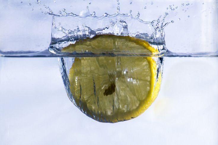 Conheça sete razões para beber um copo de água morna com limão logo ao acordar