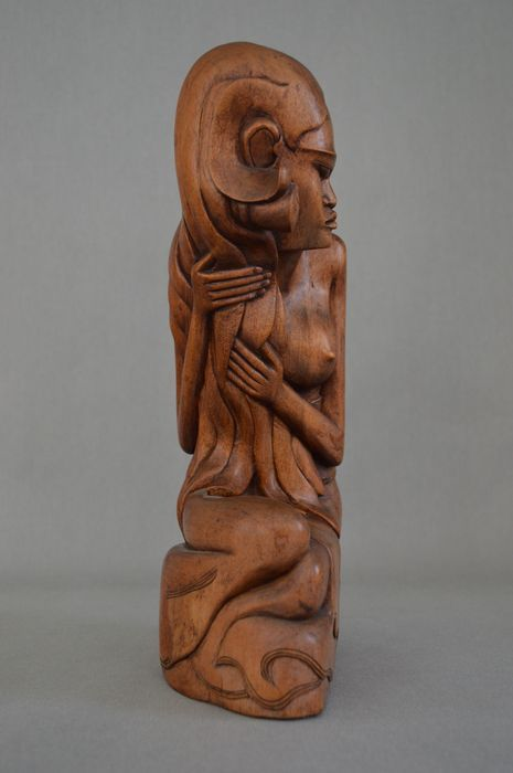 Art deco Wooden statue of a lady who is styling her hair - Ubud - Bali - Indonesia - Catawiki