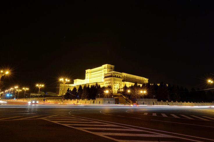 """Lumina electrică este întreruptă la Palatul Parlamentului timp de o ora, cu prilejul evenimentului internaţional """"Ora Pământului"""", în Bucureşti, sâmbătă, 29 martie 2014. (  Răzvan Lupică / Mediafax Foto  ) - See more at: http://zoom.mediafax.ro/travel/palatul-parlamentului-12828303#sthash.Usjh8v5j.dpufarhitectului şef Anca Petrescu, Palatul Parlamentului este cea mai ..."""