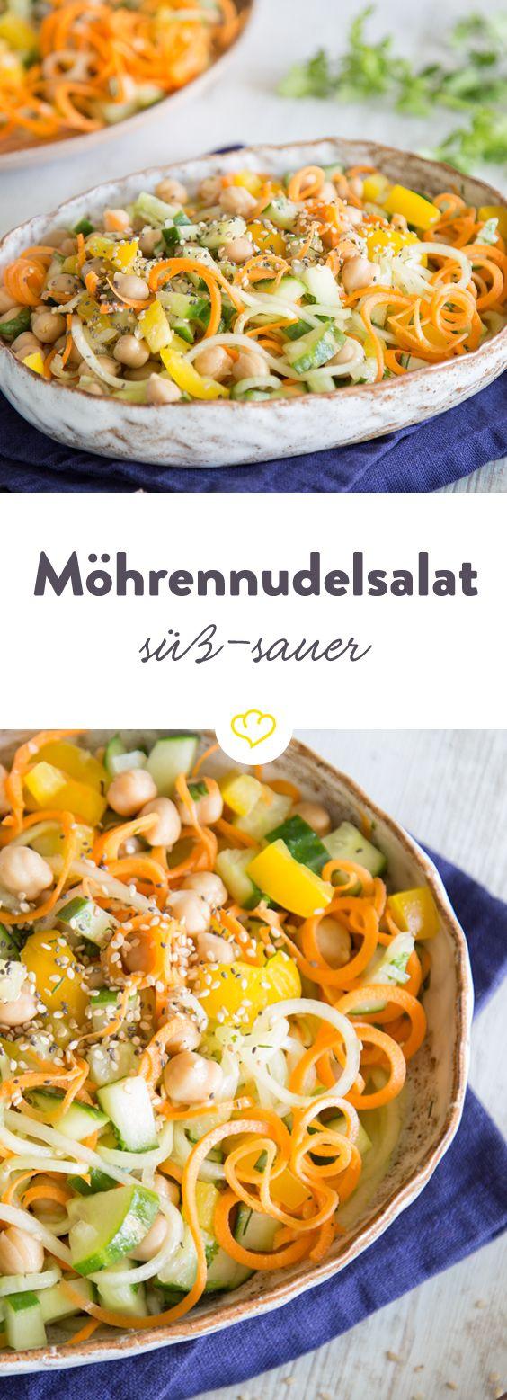 Lust auf Rohkost? Dann sind Gemüsespaghetti aus Möhre und Gurke, als süß-saurer Salat genau das Richtige. Dank Spiralschneider werden die Nudeln extra lang.