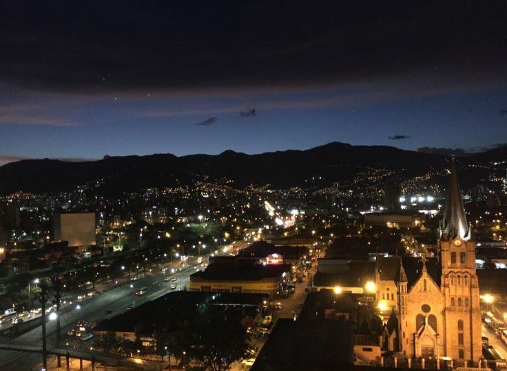 🚹⏩📲🌌🌫🏙⛪️   Iglesia del Sagrado Corazón de Jesús - Av. Calle San Juan 🌌🌫🏙⛪️ ... ⏩  Ciudad de Noche, City Night, Luces, Lights, Iglesia, Church, Calles, Streets, Vista desde mi Oficina, Office View, Medellin, Antioquia, Colombia 🇨🇴