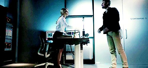Oh my god do you see this idiot? Getting on one knee to hand her back a red pen? I see you Writers! #Olicity #Arrow 5x09