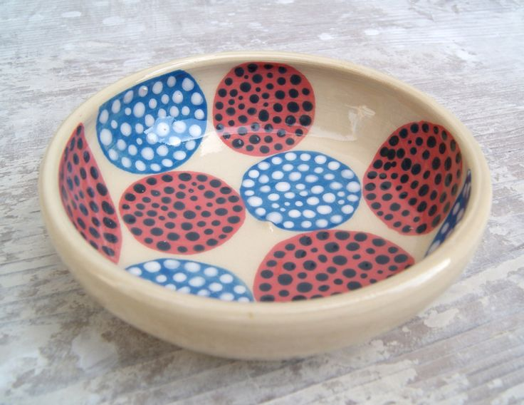 Malá mistička Keramická miska točená na hrnčířském kruhu, dvakrát pálená, ručně malovaná. Průměr 11,5 cm. Výška 3,5 cm.