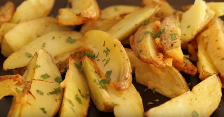 Batatas são ótimas opções de vegetais para se fazer assados. Simples e rápidas de preparar, são versáteis como acompanhamento das refeições sejam elas servidas puras ou no meio de assados como de carnes e peixes. Para socorrer aquele jantar improvisado ou matar a fome quando a geladeira estiver vazia, não é
