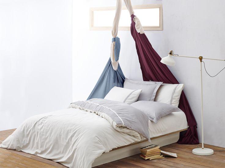Lenjerie de pat din bumbac organic Basic gri - disponibilă la comandă.  Cearşaf pat: 240×260 cm Cearşaf pilotă: 200×220 cm Feţe pernă: 50×70 cm – 4 buc Material: 100% Bumbac organic certificat GOTS
