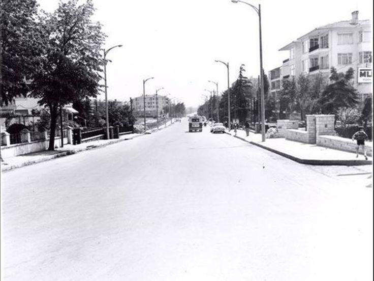 """Bağdat Caddesi'ni """"böyle"""" görünce, günümüzdeki haline hiç benzetemeyeceksiniz... Yıl 1970'ler. Suadiye - Bostancı istikameti."""