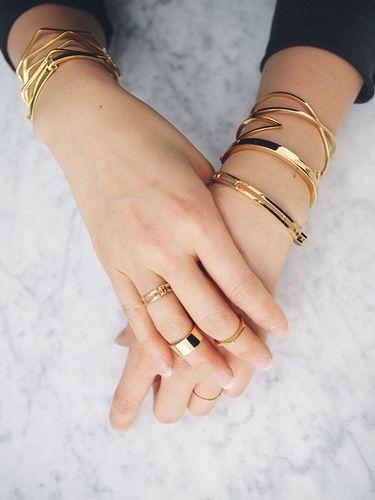 iets te veel, maar een serie subtiele armbandjes aan beide handen vind ik wel mooi, met ringen er bij