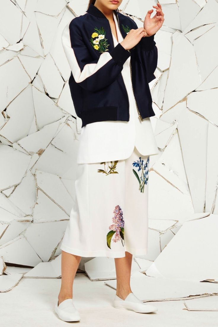 See the complete Stella McCartney Resort 2016 collection.