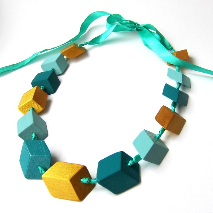 Dřevěný náhrdelník CUBEless je nevšední, originální, výrazný náhrdelník, který vytváří optický klam, na první pohled vidíte kostky, ale ne ten druhý... ;) Je ručně vyráběný ze dřeva, k barvení používáme barvy na dětský nábytek. Korálky jsou pak navléknuté na saténové stužce, zavazování je na mašli. Díky tomu lze náhrdelník nosit dlouhý jako korále ...