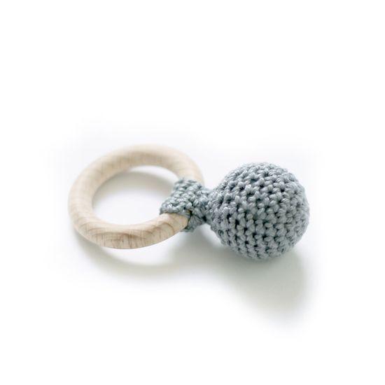 Gehaakte rammelaar grijs met houten ring van Indie-ish -