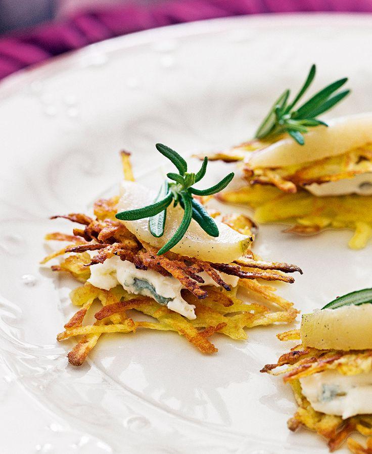 Dessa frasiga potatisplättar blir extra goda med inkokta päron och krämig gorgonzola. Servera som förrätt eller till drinktilltugg till minglet.