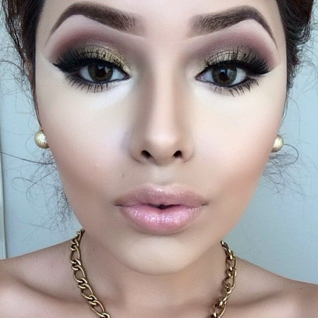 perfect eye makeup, a bit to much under eye concealer but still she looks flawless. her technique is great.