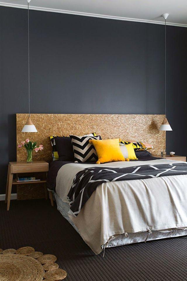 Une chambre avec une tête de lit d'architecte en OSB
