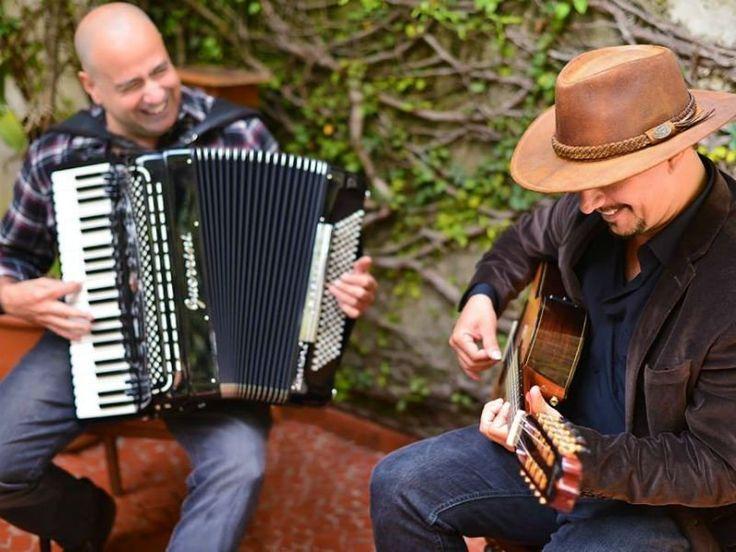 Os músicos e compositores Toninho Ferragutti e Neymar Dias sobem ao palco da Central das Artes para fazer um show ao som do acordeon e da viola caipira.