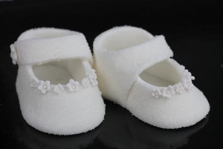 Orchideli - buciki z lukru na chrzest lub roczek, wykończone cukrem, kwiatuszkami i perełkami.  Jak zrobić proste buciki z lukru na tort chrzcinowy, tort na chrzciny. Fondant baby shoes for baptism cake, tutorial.