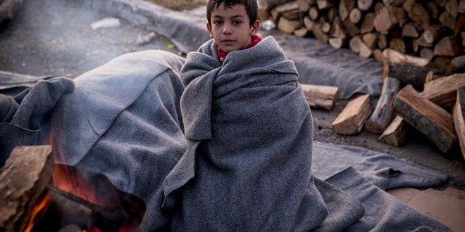Δεκάδες χιλιάδες οι πρόσφυγες και οι μετανάστες που συνωστίζονται στη τουρκική χερσόνησο της Ερυθραίας, απέναντι από τη Χίο, ψάχνοντας τρόπο αγωνιωδώς να περάσουν στα ελληνικά νησιά. Επίσημα, γράφει σήμερα Κυριακή η Χουριέτ, ο αριθμός των καταγεγραμμένων Σύρων σε όλη την Τουρκία ανέρχεται στα 2.587.000 και μαζί με τους Αφγανούς, Ιρακινούς και Πακιστανούς ο αριθμός αυτός