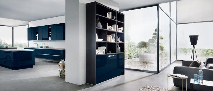 De donkerblauwe keuken van Next125 met een wand en een eilandgedeelte heeft greeploze hoogglanslak kastjes.
