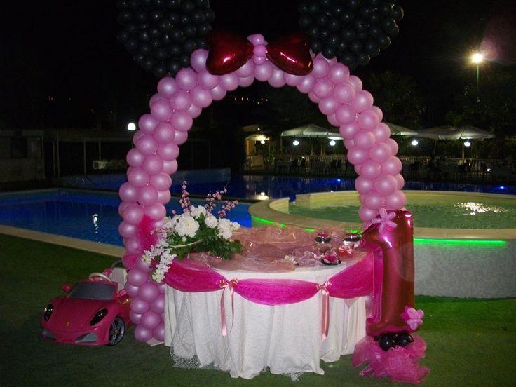 Allestimento tavolo con arcata di palloncini e tessuti per 1°compleanno.