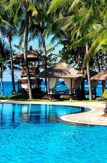 The Laguna is direct aan het strand gelegen en beschikt over een 24-uurs butlerservice.  http://www.333travel.nl/hotel/indonesie/the-laguna?productcode=H374