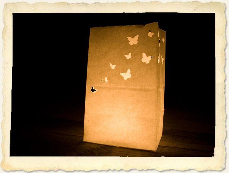 Creëer een sprookjesachtige sfeer op je bruiloft of feest met deze prachtige papieren lantaarns. Bijvoorbeeld als warm welkom voor je gasten door het pad naar de entree te verlichten... Geen feestje te vieren? Verander dan je eigen huis of tuin in een gezellig, warm nestje.