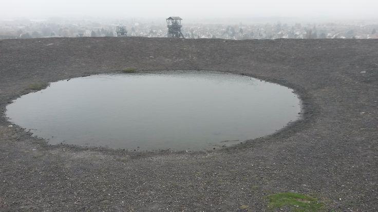 En haut du terril 110, 70 mètres d'altitude, un lac aux allures de cratère volcanique...