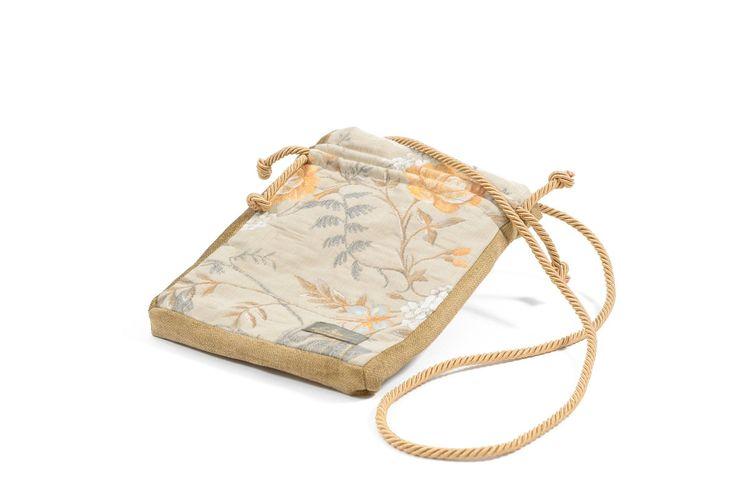Elegancka, stylowa torebka w niewielkim rozmiarze, powstała z połączenia dwóch materiałów o różnej fakturze. Kolory obu materiałów zostały skomponowane z dbałością o najmniejsze detale, a łączenie wykonano bardzo precyzyjnie.