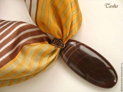 """""""Барханы"""" кулон из агата Шелковый платок с кулоном – это необычный, модный и стильный женский аксессуар. Такое оригинальное украшение – трансформер (три в одном: платок, колье, кулон-подвеска) украсит офисный костюм с белой блузкой, освежит вечерний наряд, придаст шарм летнему наряду.  Такой кулон на шелковом платке может стать чудесным подарком на агатовую свадьбу маме, подруге или свекрови."""