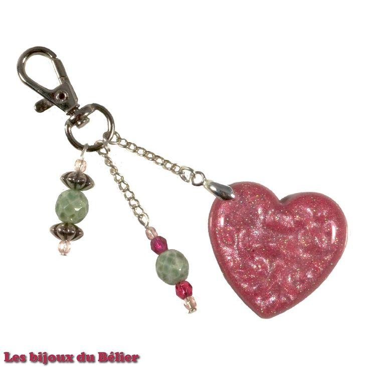Porte clés/bijou de sac coeur rose en résine pailletée et perles de bohème en verre fait main : Porte clés par les-bijoux-du-belier