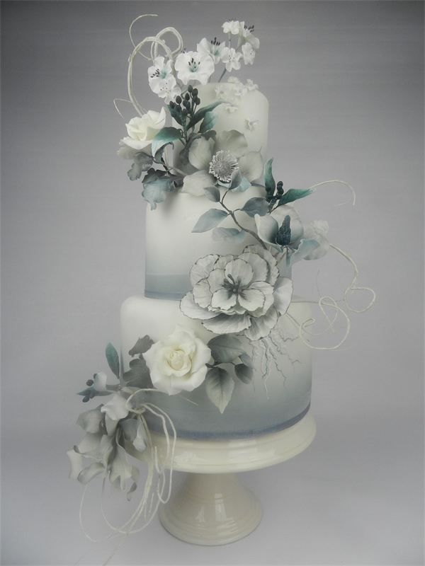 Really beautiful grey and white cake. www.cakesbykim.nl - foto's gelegenheidstaarten
