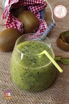 Ingredienti: 3 kiwi 1 mela 250 ml acqua fredda succo di mezzo limone la punta di un cucchiaino di zenzero zucchero o dolcificante facoltativo